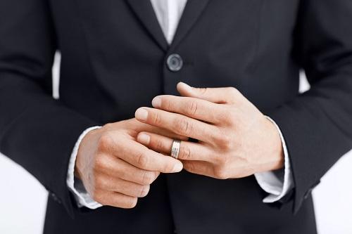 Почему мужчинам лучше не носить обручальные кольца?