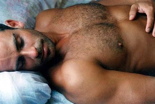 Почему мужчине полезно спать голышом?