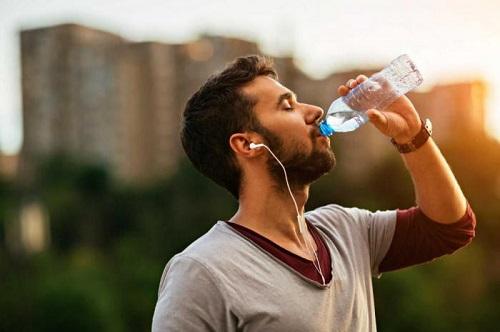 Почему мужчина должен пить достаточно воды?
