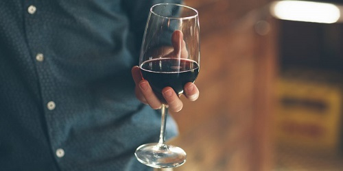 Красное вино чрезвычайно полезно для мужского здоровья.