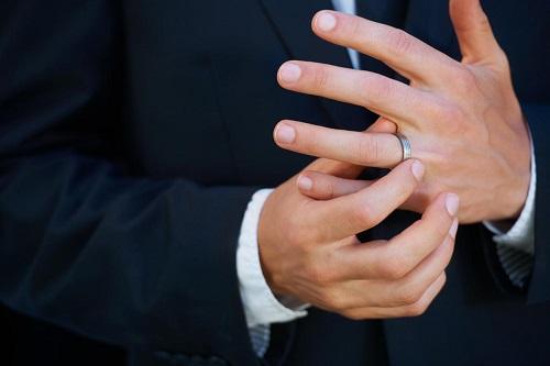 Почему обручальное кольцо непростое украшенье?
